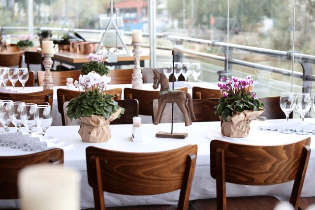 סידורי פרחים עונתיים במרכז השולחן