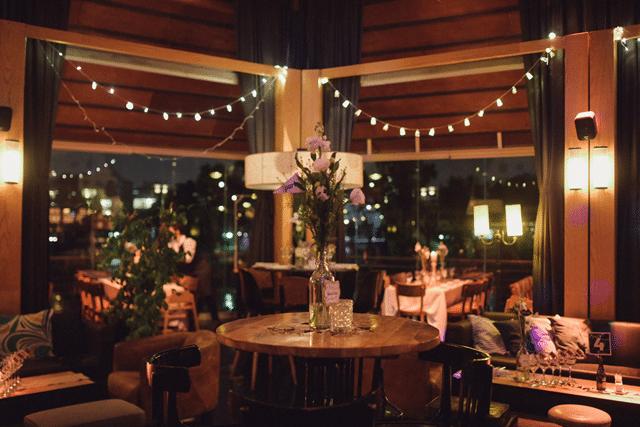 מרכז שולחן מפרחים בשולחנות גבוהים