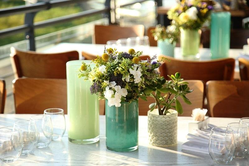 כשמרכזי שולחן בגווני כחול-ירוק-לבן